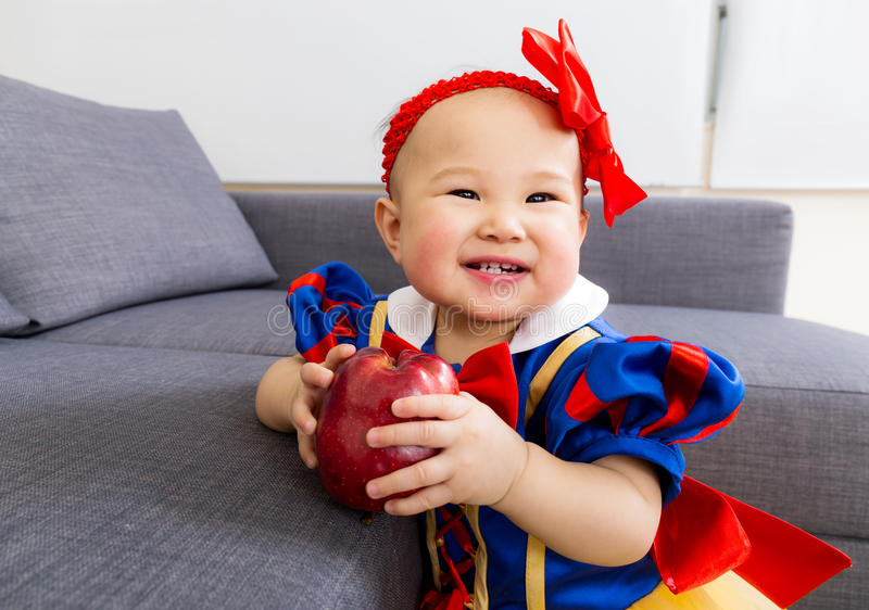 Gulligt behandla som ett barn flickan med äpplet royaltyfri bild