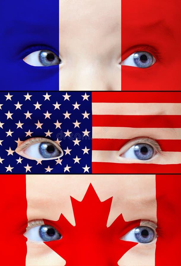 Gulligt behandla som ett barn flickan med Frankrike, USA, och Kanada flaggor målar på hennes framsida arkivbilder
