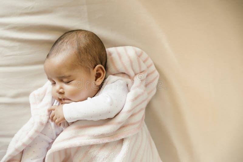 Gulligt behandla som ett barn flickan som sover i lathunden royaltyfria bilder