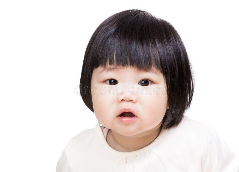 Gulligt behandla som ett barn flickaståenden arkivfoto