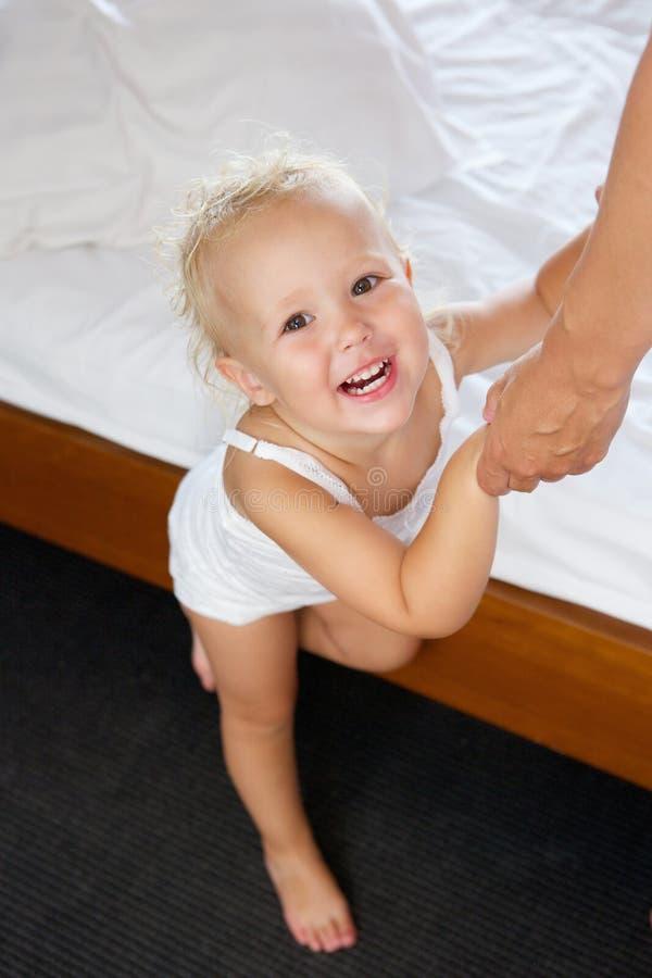 Gulligt behandla som ett barn hållande vuxna händer för flickan royaltyfria foton