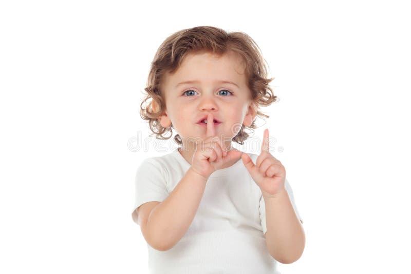 Gulligt behandla som ett barn har satt pekfingret till kanter som tecken av tystnad royaltyfria foton