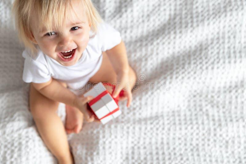 Gulligt behandla som ett barn i vita Bodie Laughing på vit bakgrund Begrepp för barn` s royaltyfria bilder