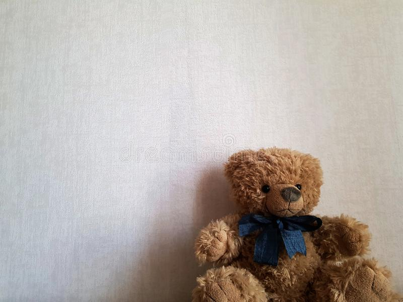 Gulligt behandla som ett barn leksakbj?rnen p? en vit backgroundCute behandla som ett barn leksakbj?rnen p? en vit bakgrund royaltyfria foton