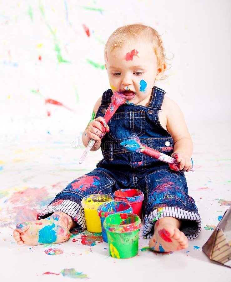 Gulligt behandla som ett barn little målningssplatterfärger fotografering för bildbyråer