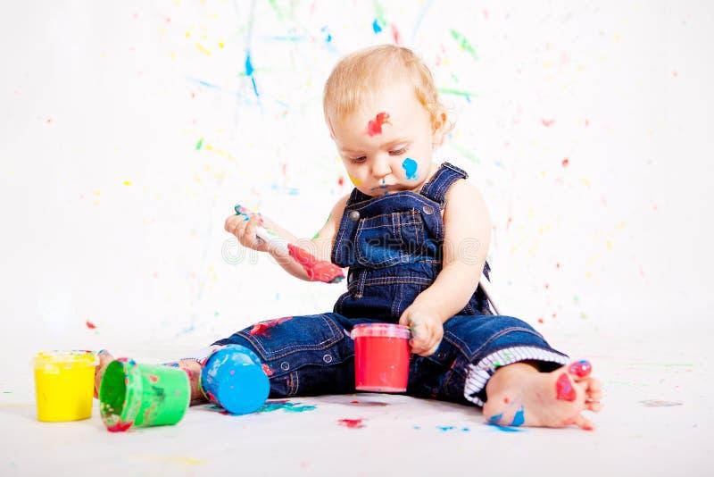 Gulligt behandla som ett barn little målningssplatterfärger arkivbild