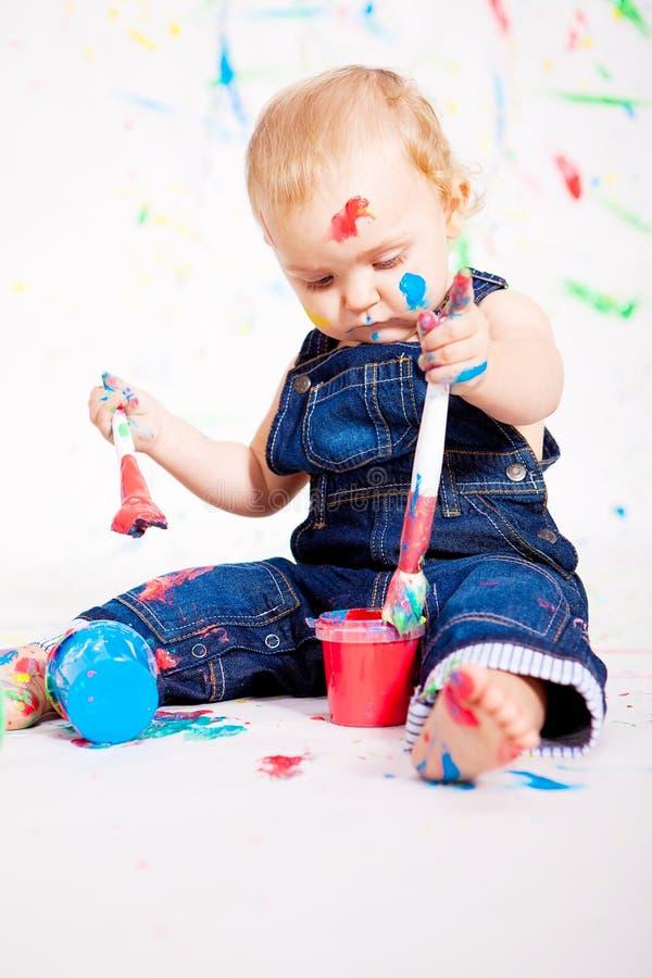 Gulligt behandla som ett barn little målningssplatterfärger royaltyfri bild