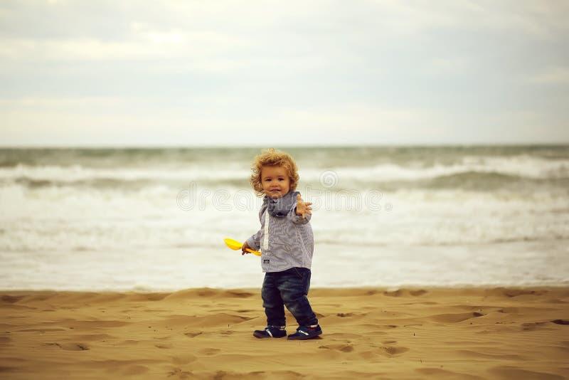 Gulligt behandla som ett barn pojken p? stranden royaltyfri bild
