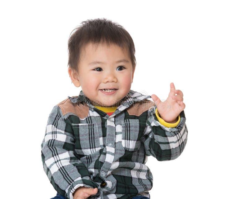Gulligt behandla som ett barn pojkerasiehanden upp royaltyfria bilder