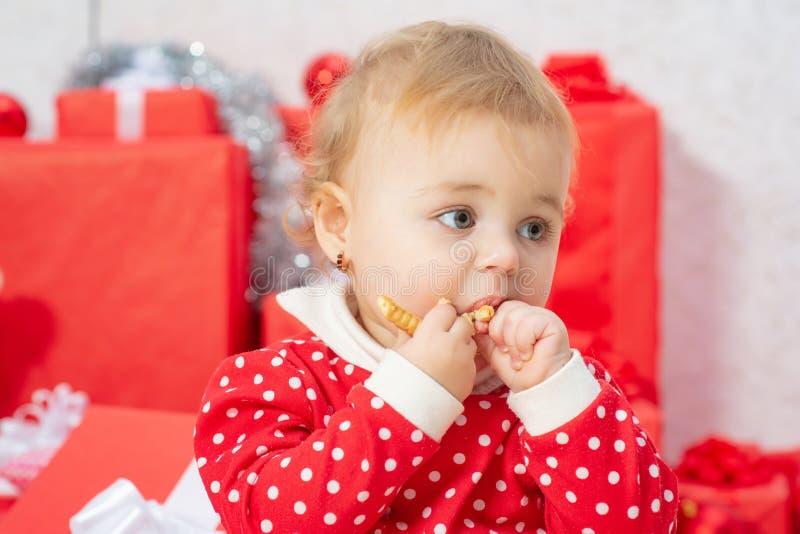 Gulligt behandla som ett barn ståendenärbilden Barn med en närvarande gåva Ferie behandla som ett barn begrepp arkivfoton