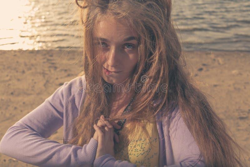 Gulligt blont haired kvinnligt utomhus royaltyfri bild