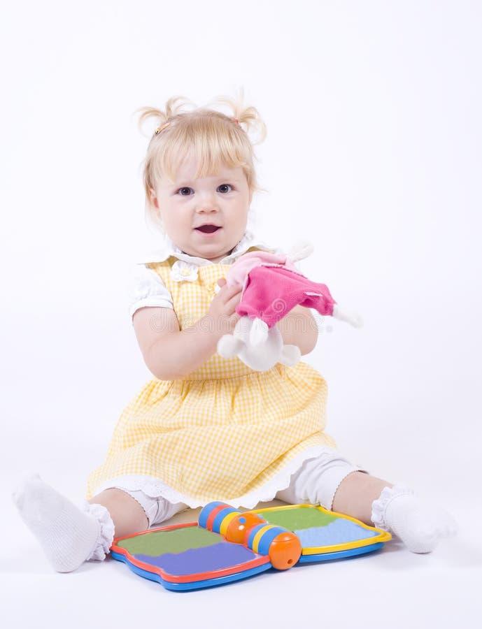 Gulligt caucasian leka för flicka royaltyfria bilder