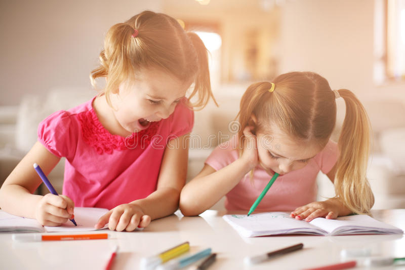 Gulligt dra för små flickor royaltyfria bilder