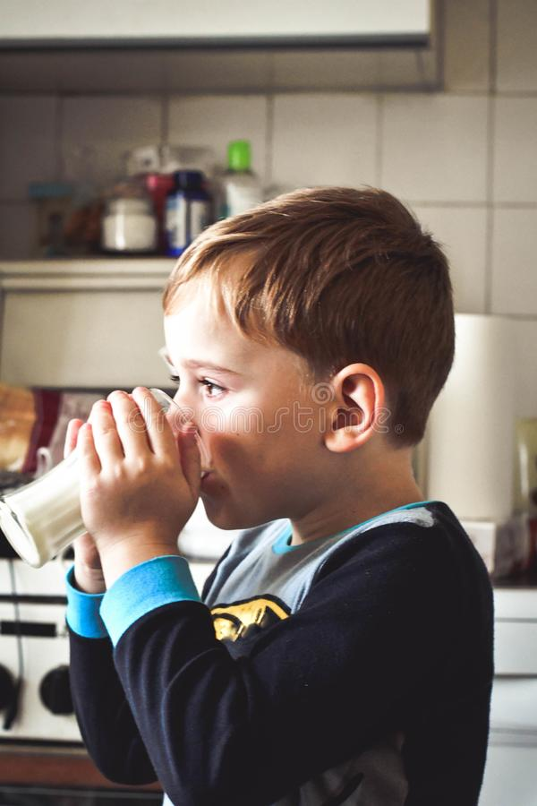 Gulligt dricka för barn mjölkar royaltyfri bild