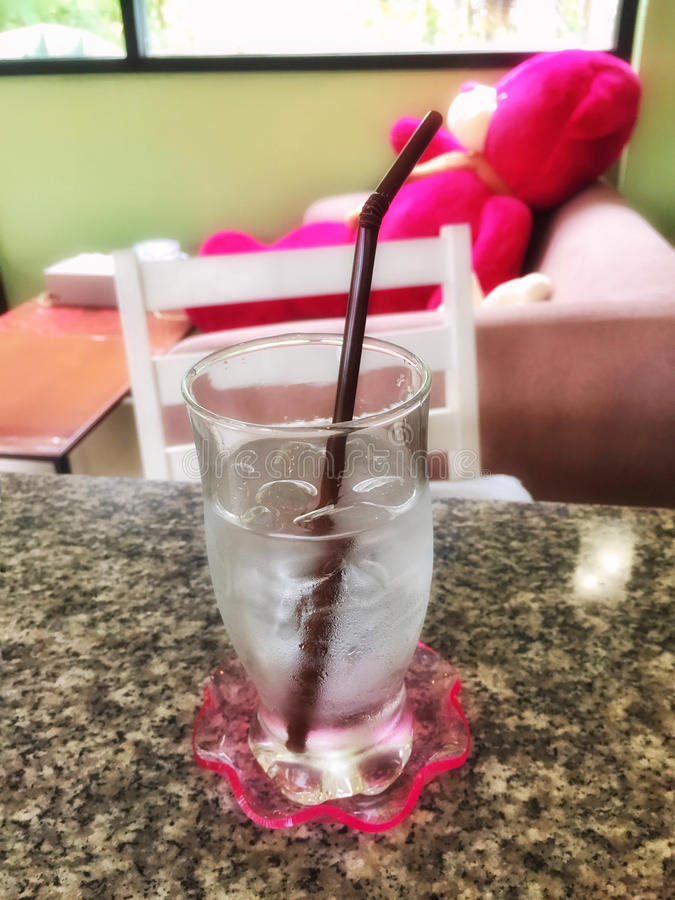 Gulligt dricksvatten för nallebjörn arkivbilder