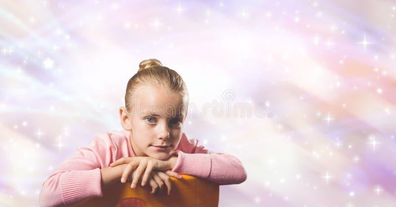 Gulligt flickasammanträde mot abstrakt bakgrund royaltyfria bilder