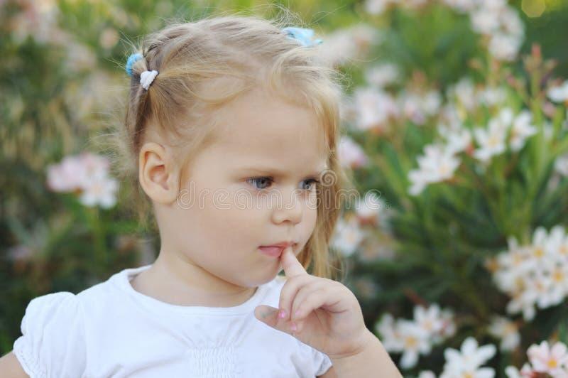 gulligt flickaståendebarn royaltyfri bild