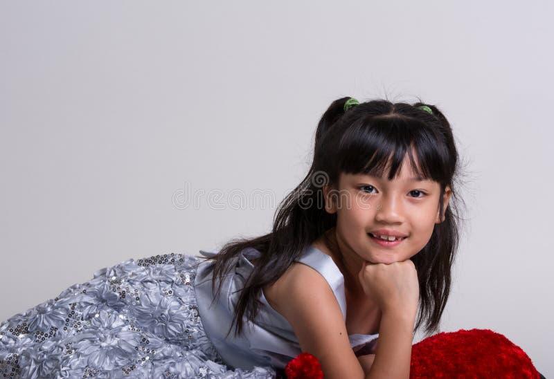 Gulligt gladlynt posera för liten flicka fotografering för bildbyråer