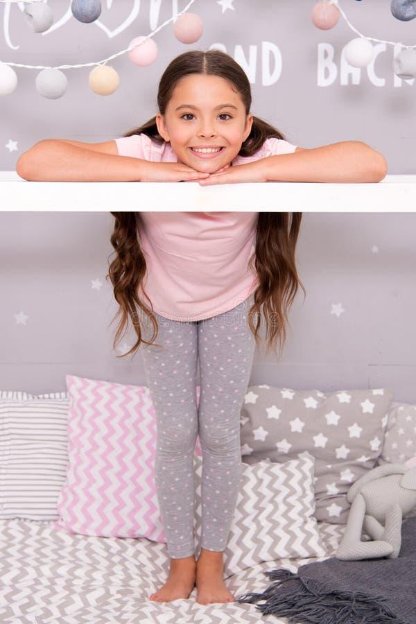 Gulligt hemtrevligt sovrum för liten flicka Flickaktig fritid Sleepovertid för rolig skvallerberättelse Flicka som har den roliga royaltyfri bild