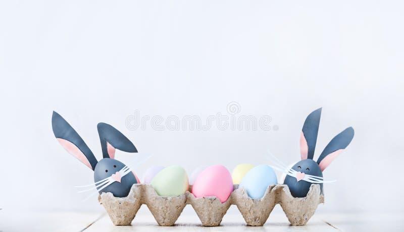 Gulligt idérikt foto med easter ägg, några ägg som påskkaninen arkivbild