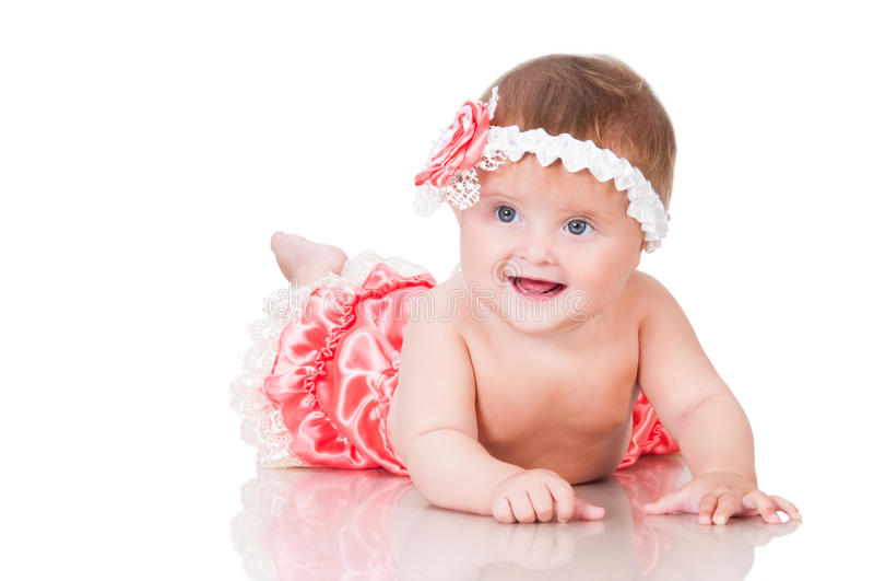 Gulligt le behandla som ett barn flickan i en rosa klänning royaltyfria bilder