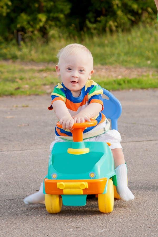 gulligt le behandla som ett barn pojken med Down Syndrome royaltyfria foton