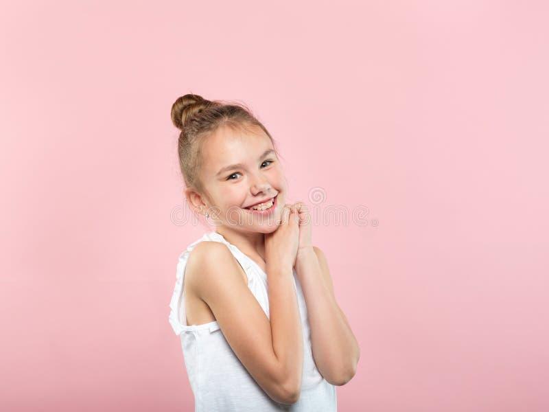 Gulligt le bekymmerslöst lyckligt barn för nätt flicka arkivbilder