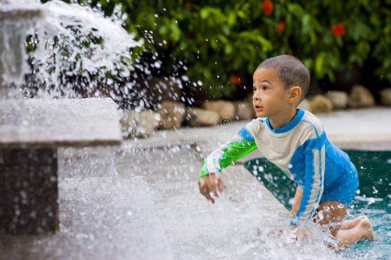 gulligt leka vatten för pojke royaltyfria foton
