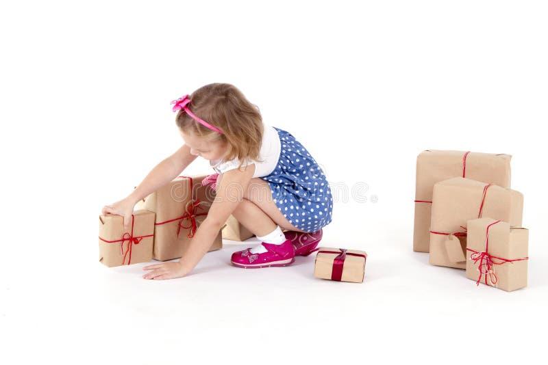 Gulligt liten flickasammanträde på det omgivna golvet arkivbilder