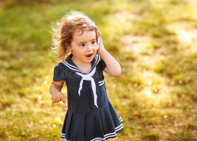 Gulligt liten flickasamtal arkivfoton