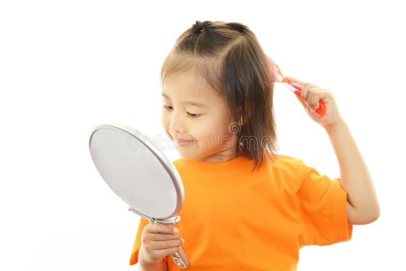 Gulligt litet asiatiskt le för flicka royaltyfri fotografi