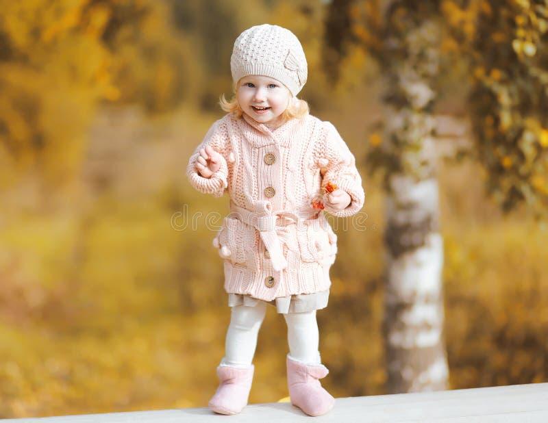 Gulligt litet le bära för barn stucken kläder i höst arkivfoton