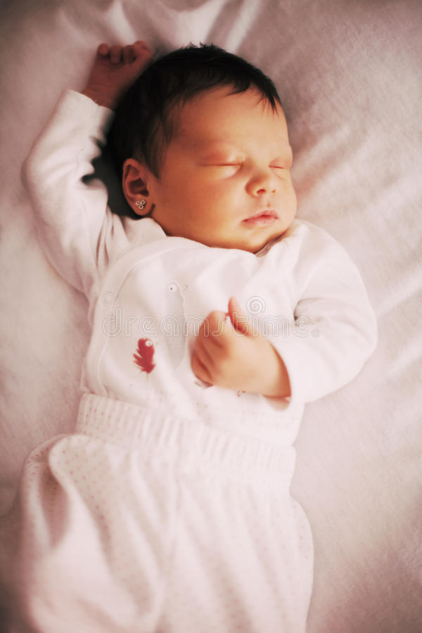 Gulligt nyfött behandla som ett barn flickan som sover, closeup royaltyfri fotografi