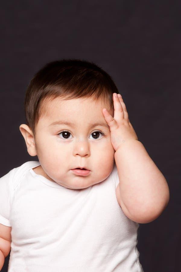 Gulligt roligt babyansikteuttryck arkivbild