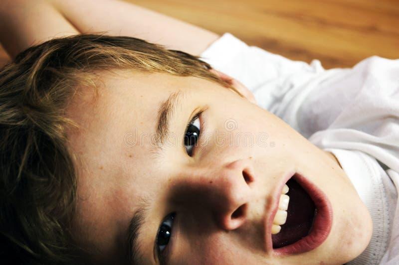 gulligt sömnigt för pojke royaltyfria bilder