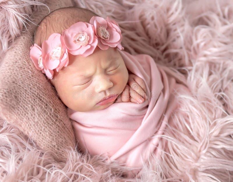 Gulligt sömnigt nyfött behandla som ett barn arkivfoton