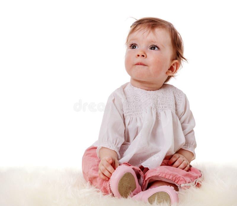 Gulligt sitta barnvakt fotografering för bildbyråer