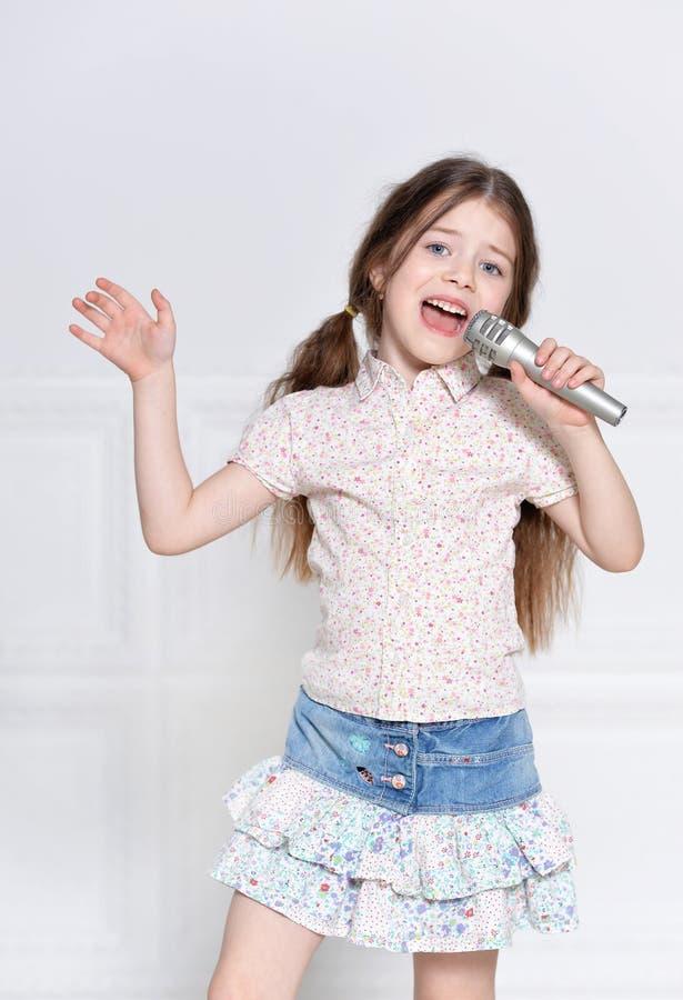 Gulligt sjunga för liten flicka royaltyfri foto