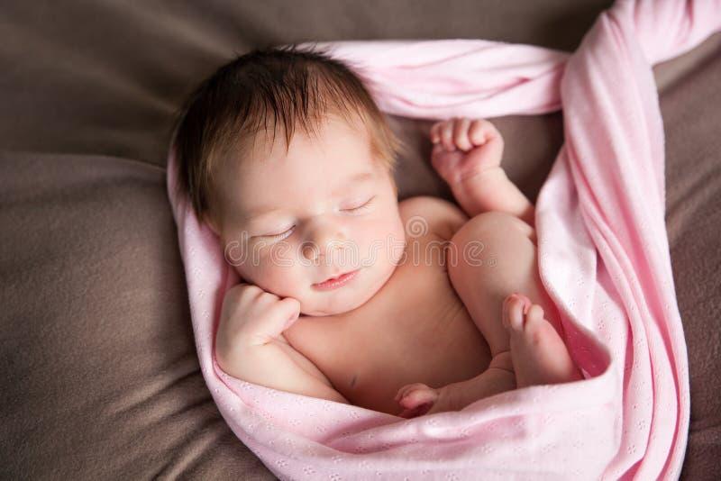 Gulligt sova som är nyfött, behandla som ett barn flickan arkivbild