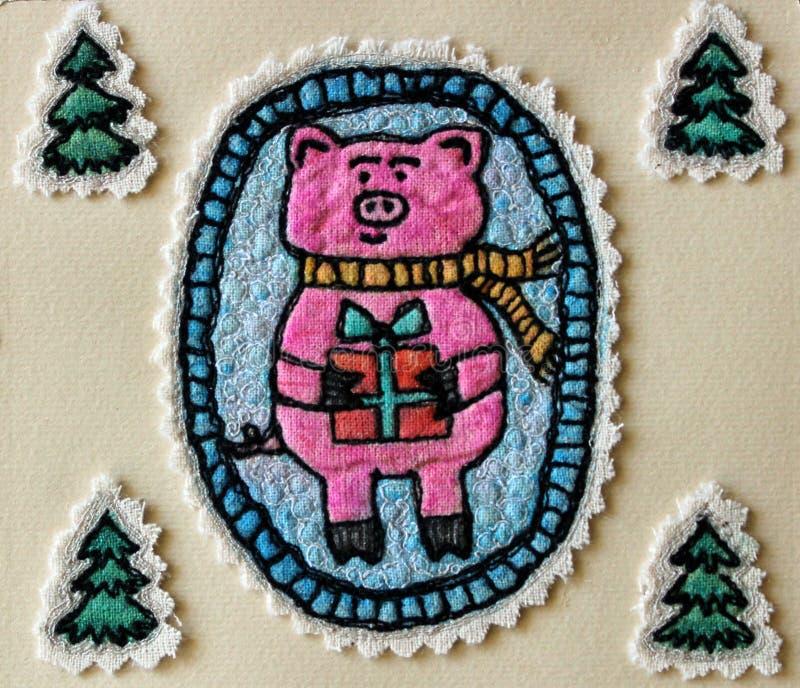Gulligt svin på bakgrunden av julgranar arkivbild