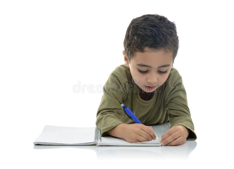 Gulligt ungt studera för skolpojke arkivfoton