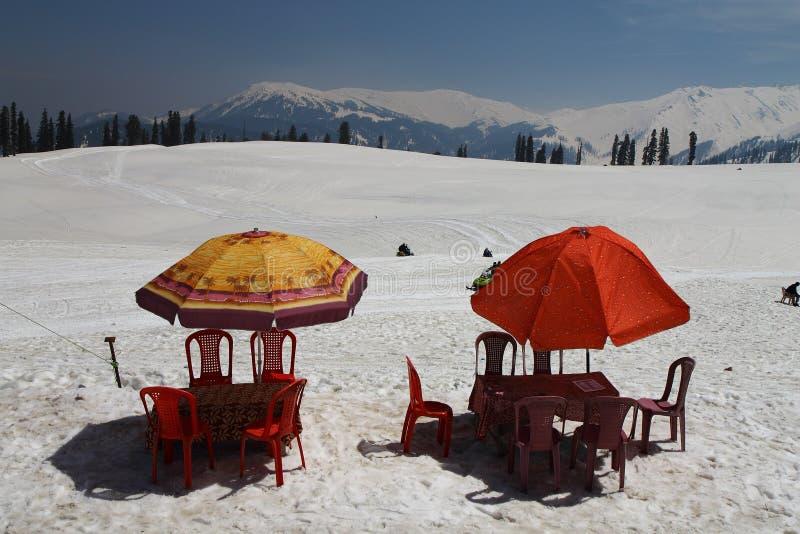 Gulmarg, Srinagar, India: Piękny krajobraz z śnieżną górą i wagonem kolei linowej szczyt góra zdjęcie stock