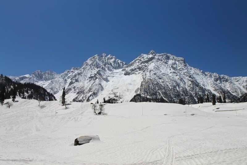 Gulmarg Srinagar, Indien: H?rligt landskap med sn?berget arkivfoton