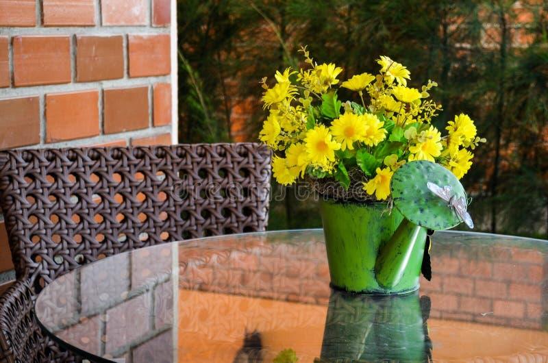 Gulna blommor fotografering för bildbyråer