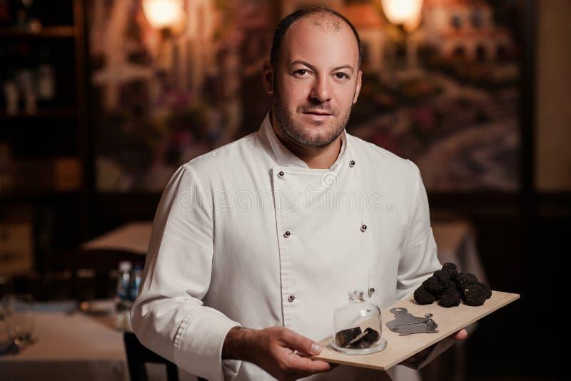 Guloseima do cozinheiro chefe do restaurante cogumelo do alimento da trufa fotos de stock royalty free