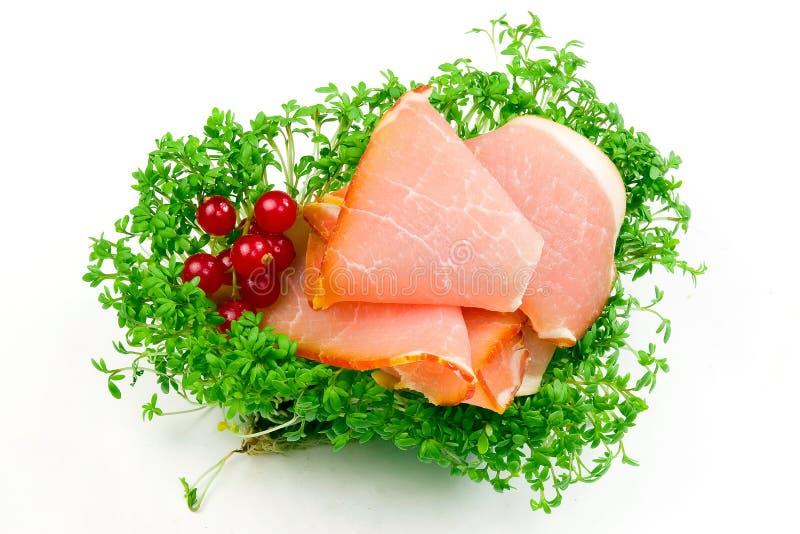 Guloseima do hamon do bacon com as molas da salada isoladas imagem de stock