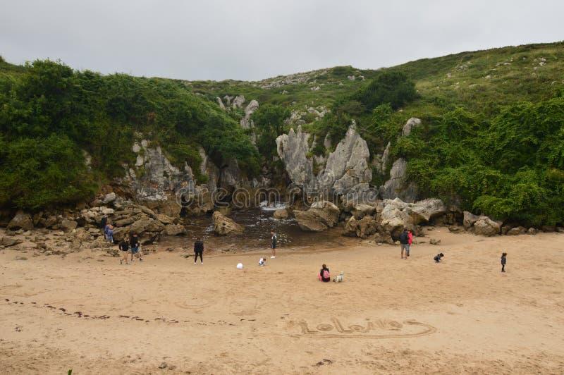 Gulpiyuri海滩的美丽的前面射击在利亚内斯中委员会  自然,旅行,风景,海滩 库存照片