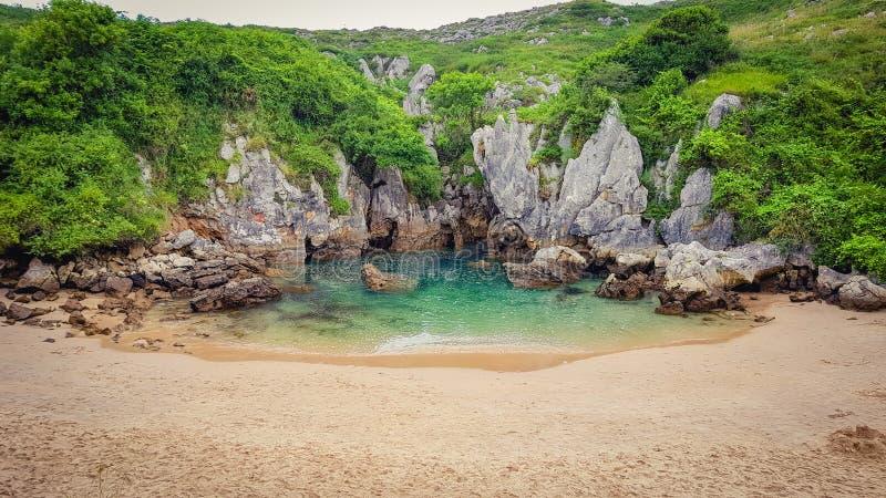 Gulpiyuri Beach Playa de Gulpiyuri una playa secreta en Asturias fotos de archivo libres de regalías