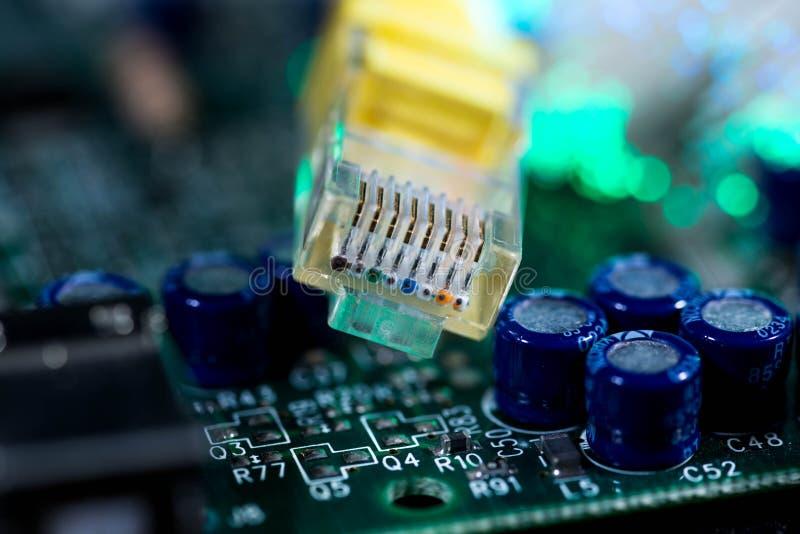 Gult br?de f?r str?mkrets f?r dator f?r internetstr?mbrytare p?, gl?dande optiska fibrer arkivfoton