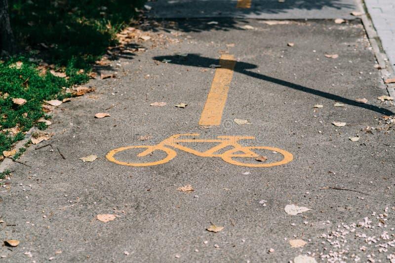 Gult cykelvägmärke arkivfoton